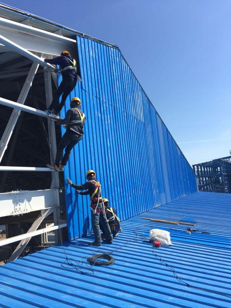 Pemasangan Produk Atap PT. Utomodeck Di PLTMG Bima.Sumber : Dokumentasi Proyek PT. Utomodeck Metal Works