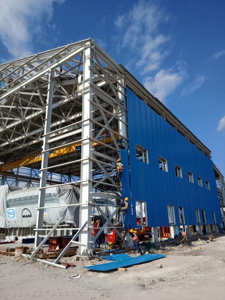 Pemasangan Produk Atap PT. Utomodeck Di PLTMG Sumbawa. Sumber : Dokumentasi Proyek PT. Utomodeck Metal Works
