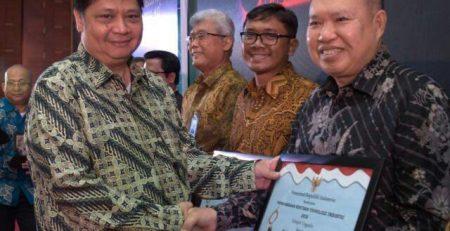 Menteri Perindustrian Bapak Airlangga Hartarto (kiri) Saat Menyerahkan Penghargaan Rintisan Teknologi Industri 2018 Kepada Direktur Utama PT. Utomodeck Metal Works, Bapak Darmawan Utomo (kanan).