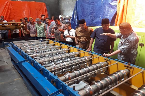 Direktur Utama PT Utomodeck Metal Works, Darmawan Utomo bersama Bupati Karanganyar, Juliyatmono, Jumat (10/8/2018). (Solopos - Sri Sumi Handayani)