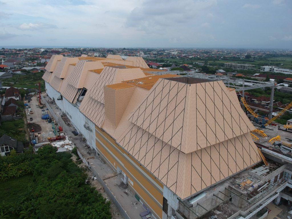 Gedung Trans Studio Mall Bali Dalam Proses Pembangunan. Atap Bangunan Ini Menggunakan Produk Dari PT. Utomodeck Metal Works. Sumber : Dokumentasi Proyek PT. Utomodeck Metal Works.
