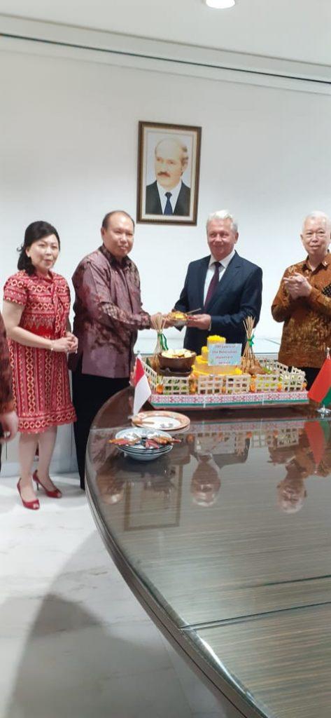 Konsul Kehormatan Belarus di Surabaya Darmawan Utomo didampingi Ibu Lindawati Utomo menyerahkan nasi tumpeng kepada Dubes Belarus HE. Valery Kolsenik, yang turut disaksikan oleh kakak Darmawan Utomo